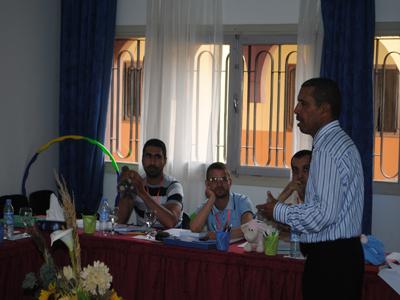 المدرب عبد الوهاب بوجمال خلال عرضه وجدب انتباه المتدربين