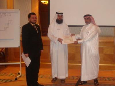 المتدرب القادم من دولة قطر علي البوعنين يتسلم شهادة الدورة من المدرب الساعدي وبحضور المدرب محمد بدرة