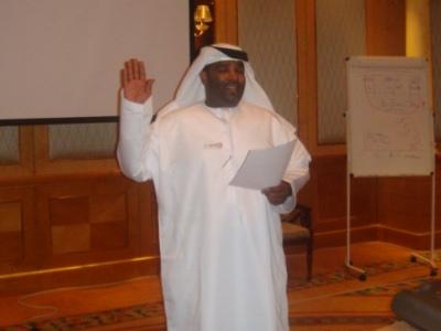 المتدرب عادل ال علي يلقي القسم أمام المتدربين في نهاية الدورة.