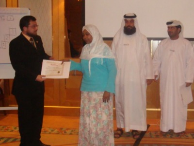 المتدربة ابتهال تتسلم شهادة الدورة من المدرب الدولي محمد بدرة