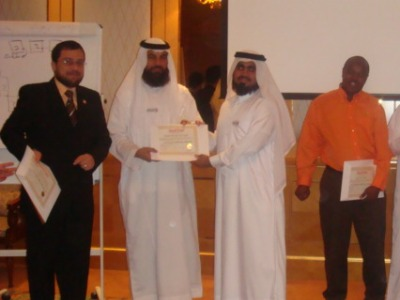 المتدرب حبيب القادم من دولة قطر يتسلم شهادة الدورة