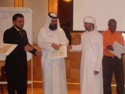 المدربين بدرة والساعدي أثناء تسليم المتدرب عبد الرحمن القادم من بريطانيا شهادة الدورة