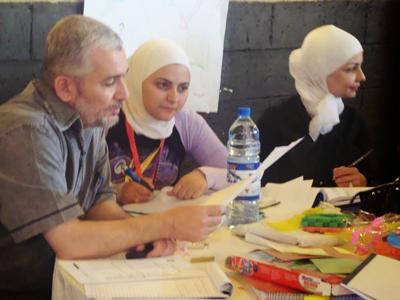 المدرب عمران المرابط مع أحد المجموعات يقدم الارشاد والنصح.