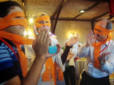 اللباس الخاص للمجموعة البرتقالية.