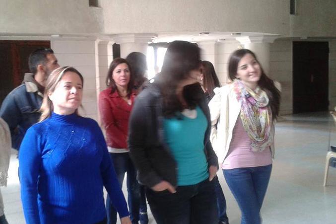 المتدربون يدخلون قاعة الدورة