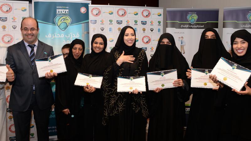 صورة جماعية بعد الحصول على شهادة الدورة وتحقيق الإنجاز