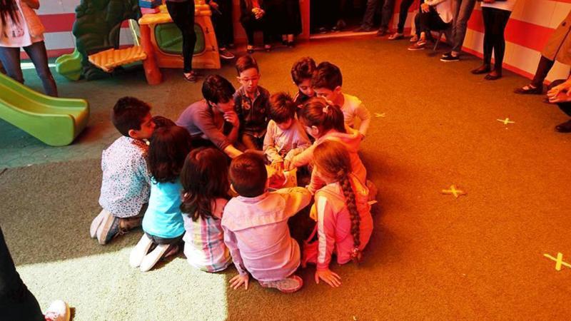تنفيذ المدربين بشكل عملي للمعلومات التي حصلوا عليهابوجود مجموعة من الأطفال