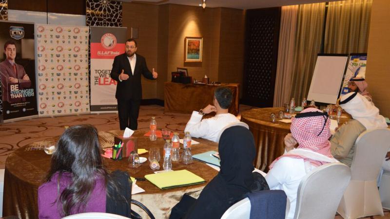 الدكتور محمد أثناء شرحه للمتدربين