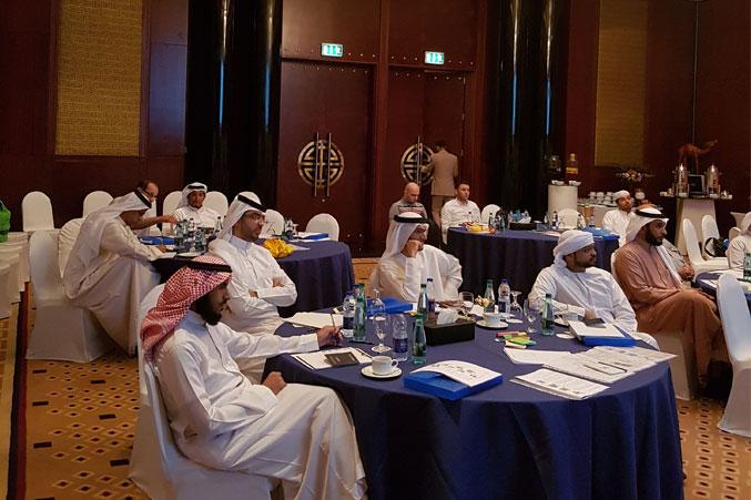 الحضور في القاعة والاستماع إلى مراحل عملية التعلم السريع