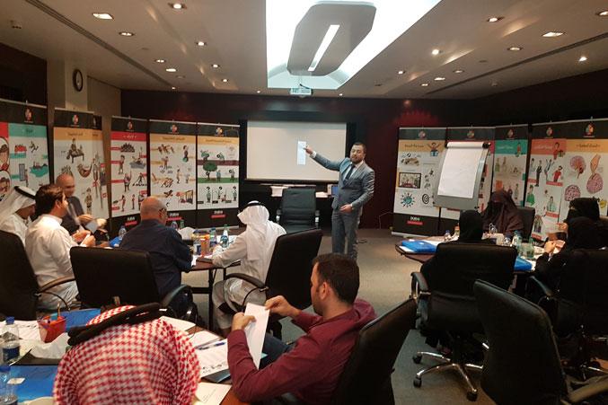 شرح الدكتور محمد قبل تنفيذ التمرينات من قبل المتدربين