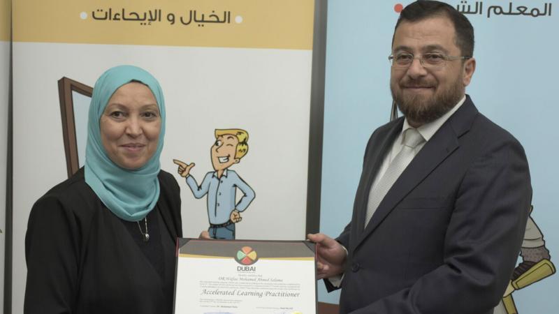 الدكتور محمد يسلم المتدربة شهادة الدورة