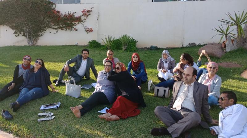 تنفيذ تمرينات في حديقة المركز التدريبي