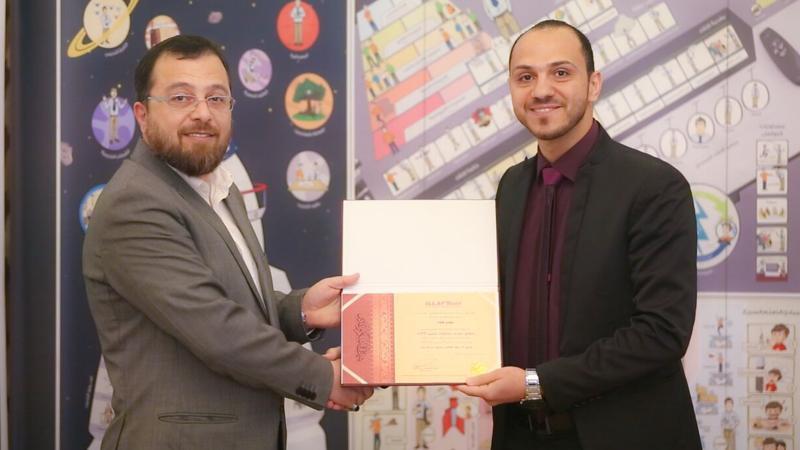 الدكتورمحمد أثناء توزيع شهادات الشكر والثناء