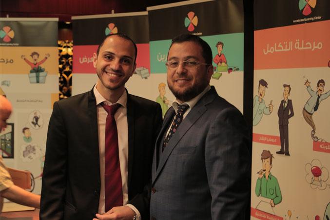 الدكتور محمد في صورة للذكرى مع أحد المتدربين