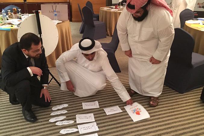الدكتور محمد مشاركا للمتدربين أثناء تنفيذ التمرينات والأنشطة التفاعلية