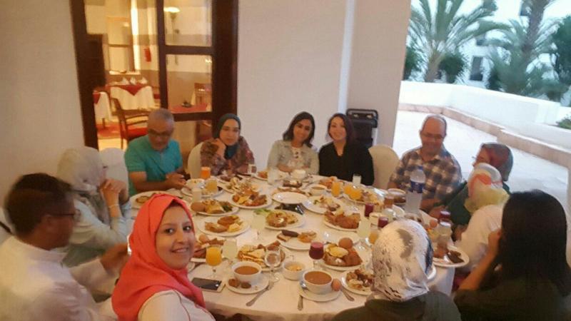 المدرب عادل عبادي والمتدربين على طاولة الإفطار في شهر رمضان المبارك بانتظار آذان المغرب