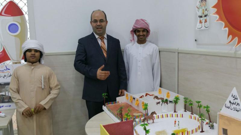 صورة تذكارية لاحد المتدربين مع المدرب عادل