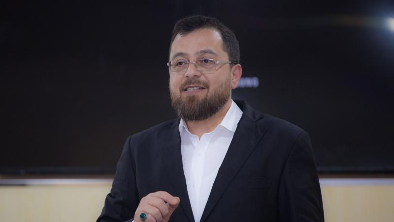 الاستشاري الدكتور محمد بدرة أثناء الشرح والتقديم