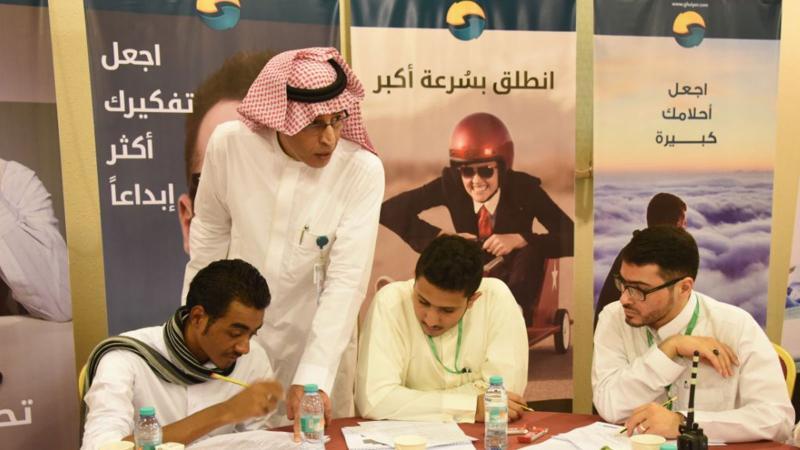 المدرب عبد الرحمن أثناء إشرافه ومتابعة المتدربين أثناء تنفيذ  التمرينات