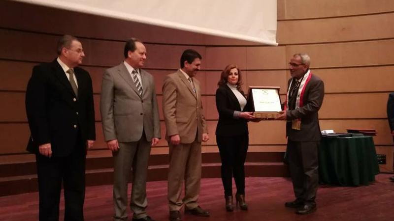 السيدة ديالا صارم تسلم الدكتور عزام شهادة تقدير