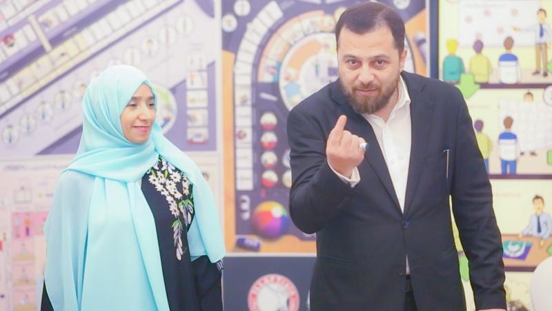 الدكتور محمد أثناء الشرح والإشراف مع إحدى المتدربات