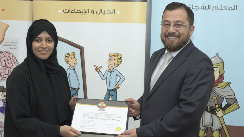 الدكتور محمد أثناء تسليم المتدربة شهادة الدورة