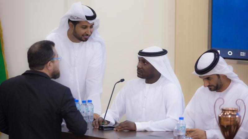 الاستشاري الدكتور محمد بدرة والخبير الإعلامي فيصل ين حريز أثناء الإشراف على تنفيذ التمرينات من قبل المتدربين