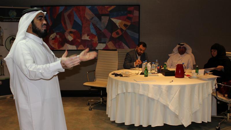 المدرب الخبير حسين أثناء الشرح