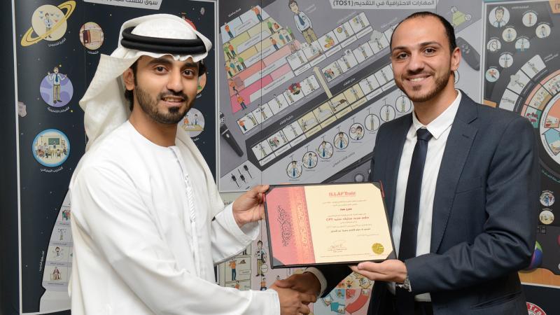 المدرب أول ماجد يسلم السيد عمرو شهادة شكر