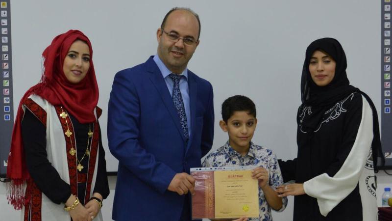 أثناء تسليم الشهادات للأطفال