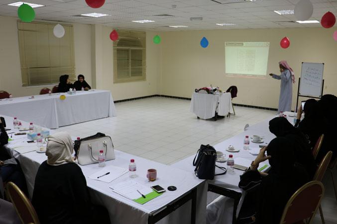 صورة من داخل قاعدة التدريب أثناء شرح المدرب