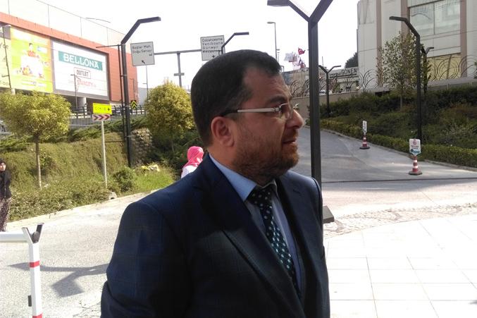 الدكتور محمد والاستعداد للشرح خارج القاعة في الهواء الطلق