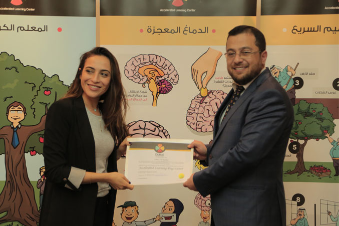 الدكتور محمد يسلم المتدربة سمر شهادة الدورة