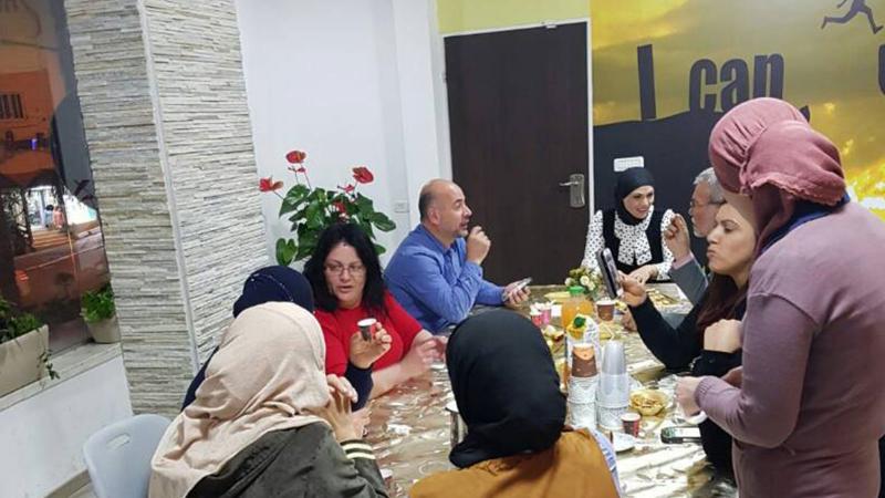 نقاشات تدور بين المشاركين في الورشة