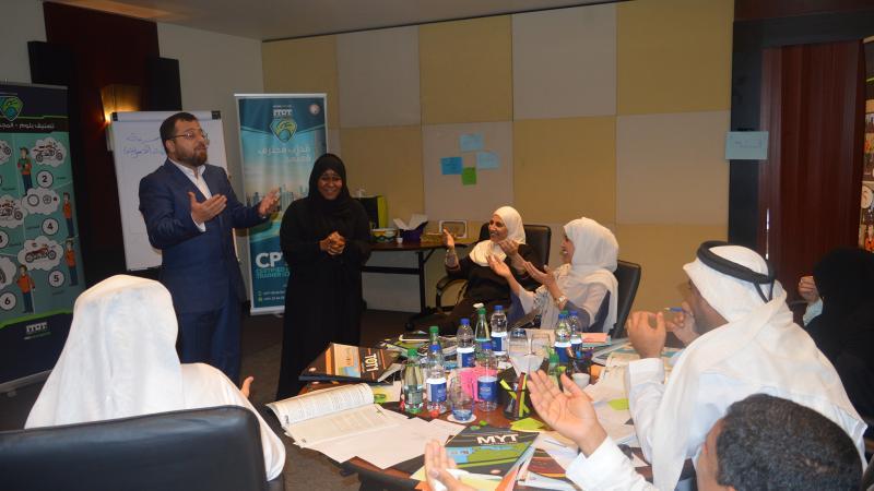 الدكتور محمد بدرة أثناء الشرح والتوضيح