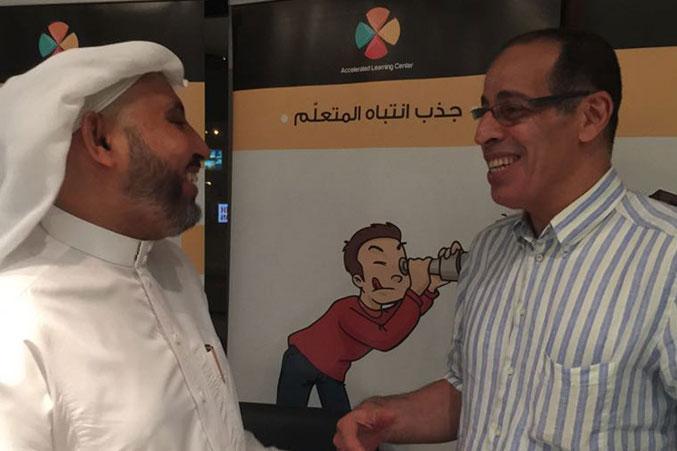 المدرب عبد الرحمن إسماعيل ومتدرب آخر وبدء النشاط في قاعة التدريب