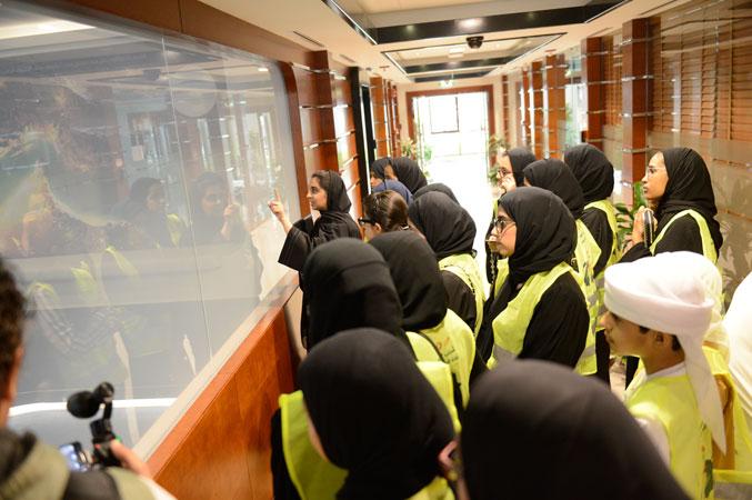 جولة داخل أرجاء المركز والاستماع للمعلومات المقدمة من قبل المشرفة