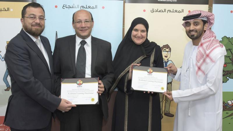 الدكتور محمد والمدرب ماجد أثناء تسليم المتدربين شهادات الدورة