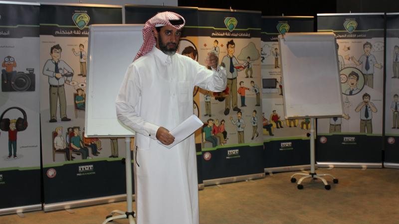 أحد المتدربين أثناء تقديم عرضه التدريبي