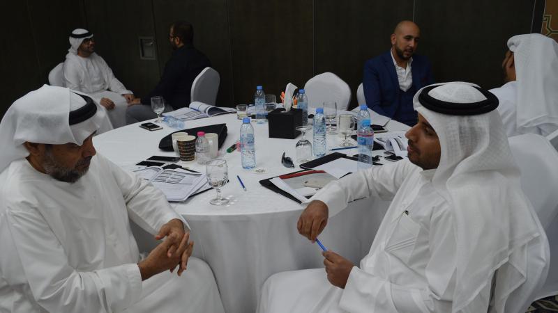 تقسيم المتدربين إلى مجموعات ونقاشات تدور بينهم حول التمرينات والأنشطة