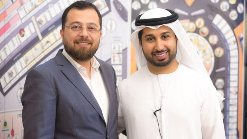 الاستشاري الدكتور محمد بدرة والمدرب الإعلامي فيصل بن حريز في صورة تذكارية