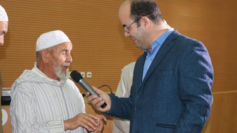 المدرب عادل يحاور أحد المشاركين