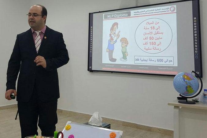 المدرب أول عادل عبادي أثناء شرح أحد محاور الدورة