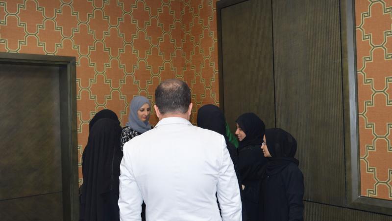 تقسيم المتدربين إلى مجموعات للقيام بالتمرينات، وإشراف مباشر من الدكتور محمد