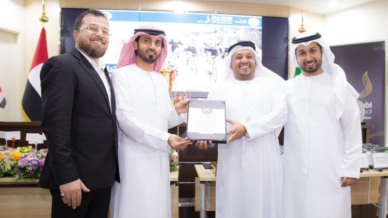 الدكتور محمد والمدرب الإعلامي فيصل والمدرب الخبير ماجد أثناء تقديم شهادة شكر وتقدير للأستاذ حمد الجابري