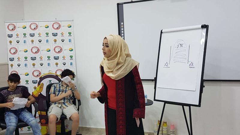 اثناء تقديم المتدربة شرحاً حول افكار الدورة