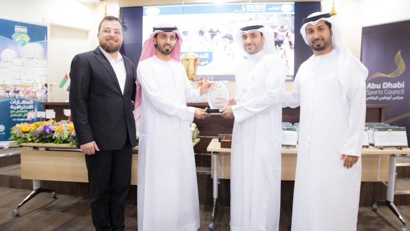 الدكتور محمد والمدرب الإعلامي فيصل والمدرب الخبير ماجد في صورة تذكارية أثناء تقديم درع الشكر