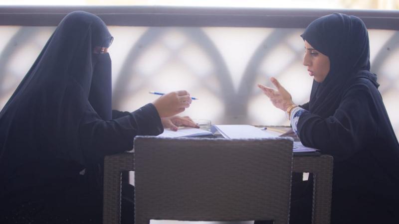 تقسيم المتدربات إلى مجموعات  عمل ثنائية من أجل تنفيذ التمرينات