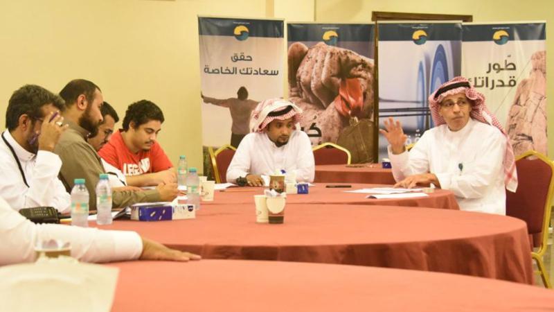المدرب عبد الرحمن على طاولة المتدربين ومساعدتهم على فهم المحاور
