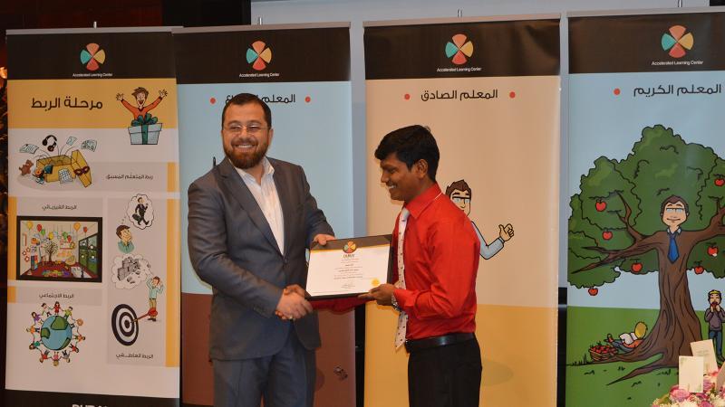الدكتور محمد يسلم المتدرب شهادة الدورة